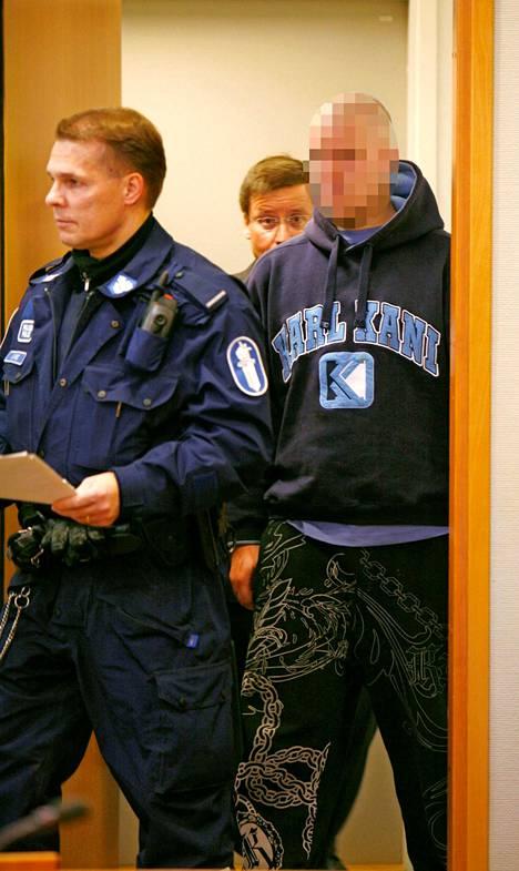 Syytettyä tuodaan Tampereen raastuvanoikeuteen marraskuussa 2008.