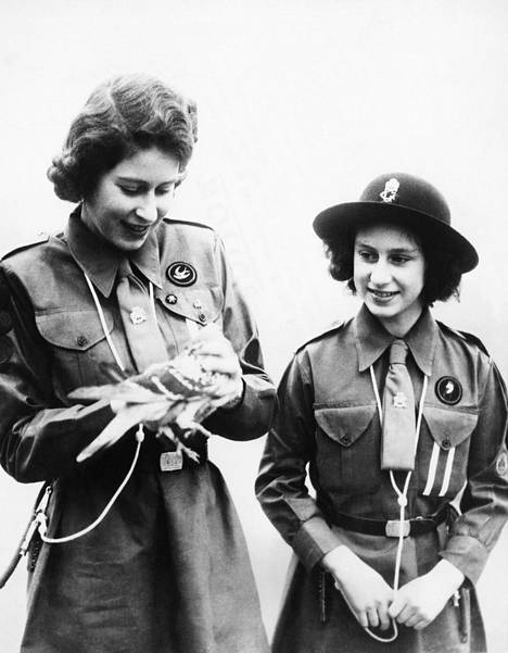 Kuningatar Elisabet ja prinsessa Margaret kuvattuna toisen maailmansodan aikaan.