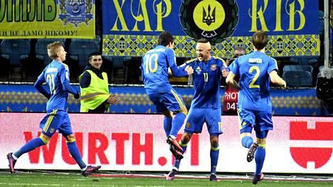 Artem Kravets (toinen oik.) teki Ukrainan voittomaalin.