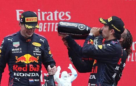 Valtteri Bottas jäi lopulta kokonaan ulos näistä bileistä, joissa kuohujuomaa maistelivat Red Bullin Max Verstappen ja Sergio Perez sekä Mercedeksen Lewis Hamilton.