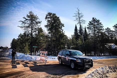 Poliisiauto tukki perjantaina tien, jonka varrelta Jayme Closs oli löytynyt edellisenä iltana.
