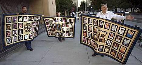 Pappien hyväksikäyttämien muodostaman järjestön, SNAP:in (Survivors Network of those Abused by Priests) edustajat osoittivat mieltään losangelesilaisen kappelin edessä syyskuussa 2006.