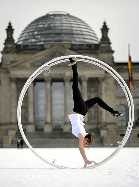 Berliinin voimisteluseuran jäsen valtiopäivätalon edustalla Berliinissä.