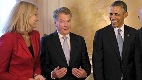 Presidentti Sauli Niinistön jutut näyttivät naurattavan presidentti Barack Obamaa ja Tanskan pääministeri Helle Thorning-Schmidtia (vas.).
