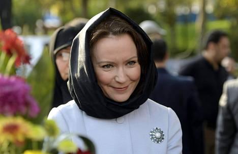 Jenni Haukio kuvattuna Mellat-puistossa Teheranissa.