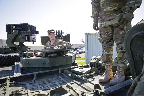 Strykerin vaununjohtaja, kersantti Dakota Steiger esitteli ajoneuvon tähtäinlaitteistoa ja pääaseistusta.