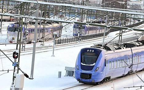 Lumimyräkkä riepottelee edelleen Etelä-Ruotsia, ja sadat ruotsalaiset saivat viettää joulupäivää lumen eristäminä.