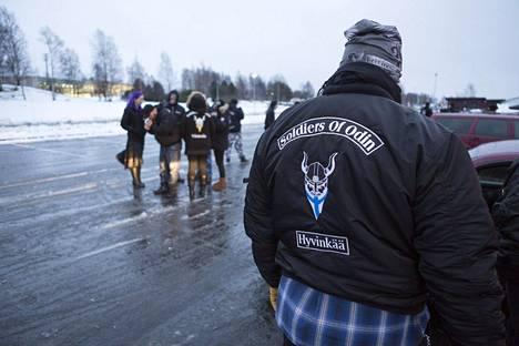 Soldiers of Odinin jäsenet marssivat Kemissä 19. marraskuuta.