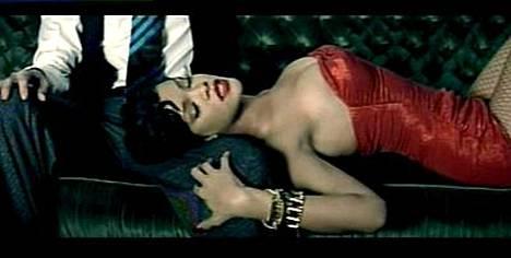 Rihanna keimailee vaihteeksi Maroon 5:n kanssa.