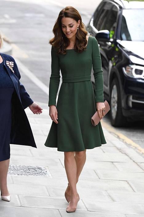 Leea suosii etenkin A-linjaisia mekkoja.