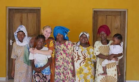 Viola ja osa hänen perheestään: Mapenzi Juma (vas.), Mesaidi Juma ( edessä) , Riziki Juma, Zawadi Salim ja Munira Juma. Kolmivuotias Khadija Hussein on naapurin tyttö, joka ruokailee usein Violan perheen kanssa.