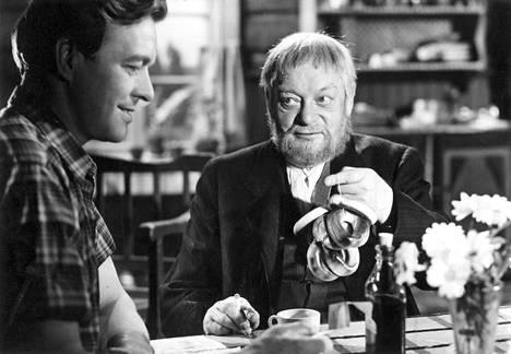 Aku Korhosen viimeiseksi elokuvaksi jäi draama Vieras mies, jonka vanhan isännän roolista hänet palkittiin Jussilla.
