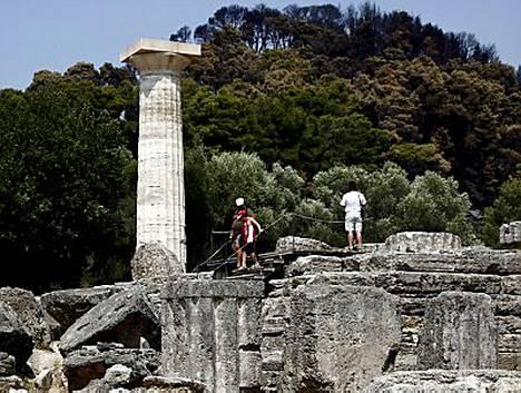 Kreikan Olympiassa palomiehet ja vapaaehtoiset onnistuivat pelastamaan 2500 vuotta vanhan urheiluareenan liekkimereltä.