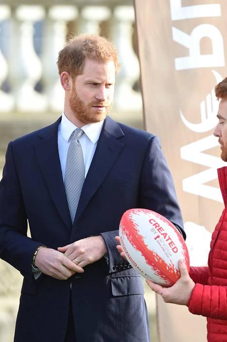 Prinssi Harry vaikutti brittimedian mukaan hermostuneelta astellessaan kameroiden eteen.
