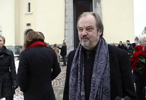Antti Majanlahti siunattiin kotitalonsa vieressä sijaitsevassa Viinikan kirkossa. Matka kotoa kirkolle on lyhyt, mutta raskas. Majanlahtea hyvästelemään oli saapunut myös näyttelijä Juhani Laitala.