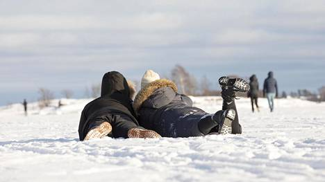 Onnellisen näköisiä ihmisiä ystävänpäivänä Lauttasaaren edustalla.