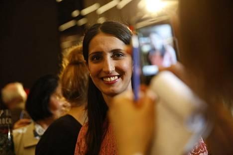SDP:n vaalivalvojaisissa Nasima Razmyar.