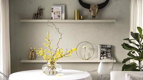 Tänä vuonna pääsiäiskukiksi valikoituivat keltaiset onnenpensaanoksat.