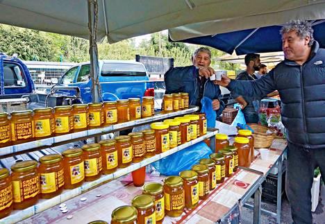 Níkos Zúmberákis on saapunut Réthymnonin torstaitorille Kalí Sýkian kylästä myymään itse tuottamaansa hunajaa. .