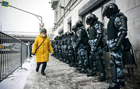 Kreml näyttää nyt voimaansa poliisin ja kansalliskaartin avulla. Kuva on Moskovasta sunnuntailta.