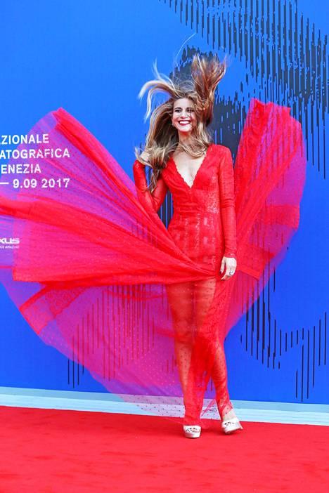 Italialainen näyttelijä Nicoletta Romanoff nauroi huvittavalle punaisen maton tilaisuudelle iloisesti.
