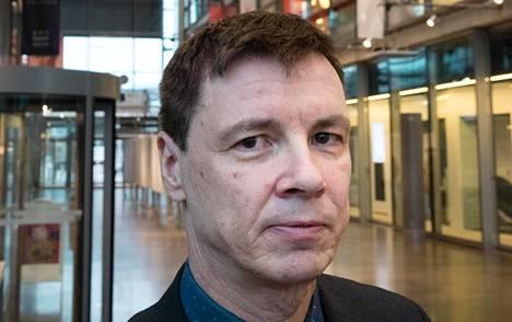 Suomen johtava urheilujuridiikan taitaja Olli Rauste on antanut Janne Järviselle oikeusopillista konsultaatiota tämän taistelussa valintansa edistämiseksi.