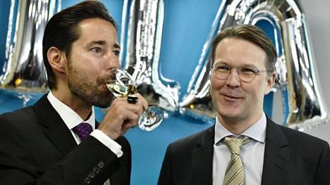 Nasdaq Helsingin toimitusjohtaja Henrik Husman nautti lasin kuohuvaa. Altia listautui pörssiin perjantaina ja paikalla Helsingin pörssissä oli myös yhtiön toimitusjohtaja Pekka Tennilä.