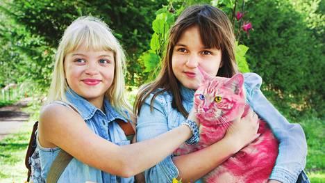 Onneli (Aava Merikanto) ja Anneli (Lilja Lehto) ovat kasvaneet kahdessa vuodessa.
