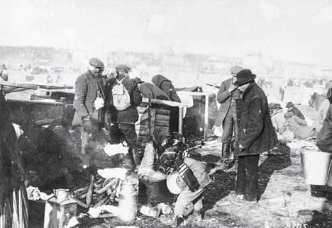 Vangittuja punakaartilaisia Lahdessa keväällä 1918.