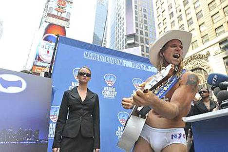 Lauluksihan se meni Alastoman Cowboyn lehdistötilaisuus.
