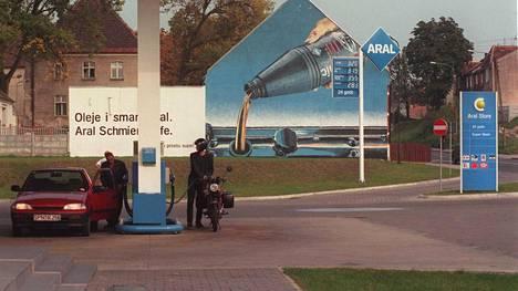 Lukija muistelee tapausta 90-luvun Saksasta. Pysähdys huoltoasemalla on jäänyt mieleen.