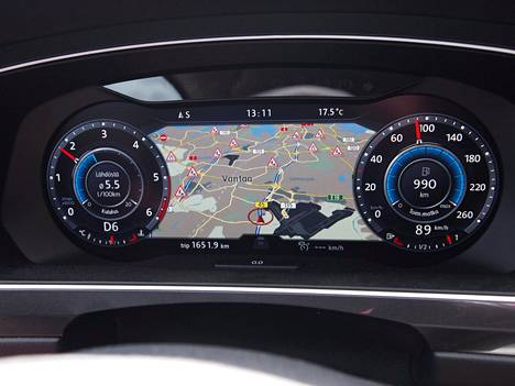 Navigointilaitteiston monipuolisuus on erinomaisella tasolla. Tässä mittareiden väliin sijoitettua karttalistaa ajoalueen tietöistä, jotka toki saa myös tekstinä keskikonsolin suuren värinäyttöön. Harmi vain, että vakiovarusteesta ei todellakaan ole kyse.
