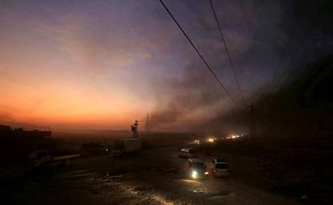 Ras al-Ainin kaupungista Syyriassa pakenevia ihmisiä keskiviikkona ja torstaina.