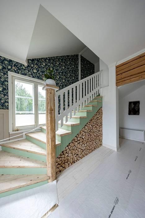 Villa Kokkokalliossa koivuhalot on hyödynnetty tuomaan persoonallista ilmettä huoneeseen.
