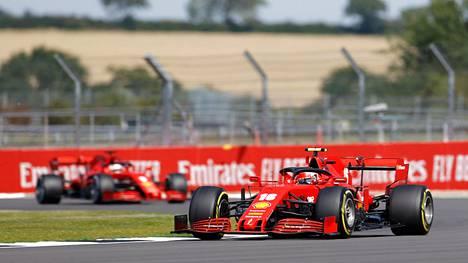 Charles Leclerc (oik.) jätti Sebastian Vettelin jälkeensä Silverstonessa Englannissa.
