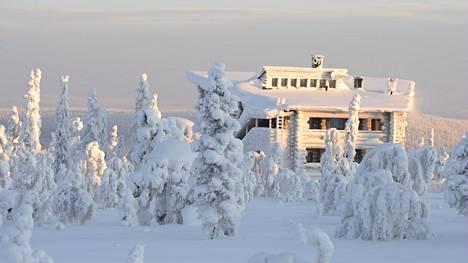 Lapin lomamökkien varaustilanne näyttää jouluna hyvältä, vaikka ulkomaisia matkailijoita ei ehkä Suomeen pääsekään. Kuvassa luminen mökki Levillä.
