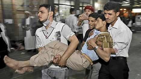 AFP:n haastatteleman lääkärin mukaan kymmenen ihmistä kuoli Jemenin tulituksessa ja yli 200 haavoittui.