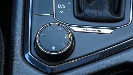 Ajotapavalitsin löytyy kaikista malleista. Säädettävällä DCC-alustalla varustetuissa autoissa se vaikuttaa myös alustaan – mutta Seat ei ole lainkaan niin pehmeä kuin kilpasisar Skoda Kodiaq.