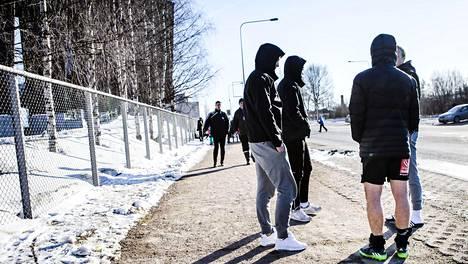 Pommiuhkaus Rovaniemen Keskuskentällä ajoi myös pelaajat pois stadionalueelta. Kuvassa VPS:n pelaajia kadulla stadionin ulkopuolella.