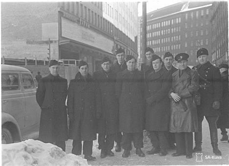 Tuleva Bond-elokuvan tähti Christopher Lee on mitä ilmeisimmin neljäs mies vasemmalta. Hän saapui Suomeen maaliskuun alussa 1940 vapaaehtoisena liittyäkseen sotaan Neuvostoliittoa vastaan.