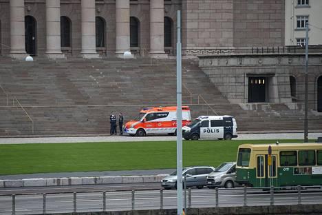 Ambulanssi ja poliisiauto eduskuntatalon edustalla Helsingissä tapauksen jälkeen 22. syyskuuta.