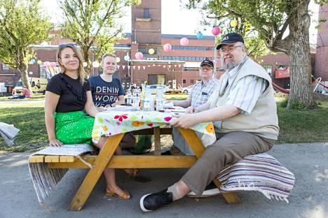 Testin maistelijat Marttaliitosta ja Akateemisesta Kiuas-Seurasta. Vasemmalta Outi Mehto ja Joonas Jylhä, Jyri Jämsä ja Niilo Orola.