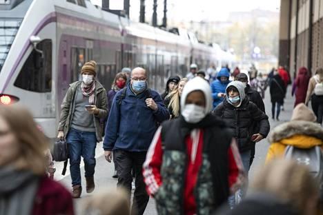 Joukkoliikenteen käyttämättömyys nousi yhdeksi perusteluksi olla käyttämättä myöskään maskia. Kuvassa aamuruuhkaa Helsingin päärautatieasemalta lokakuun lopulta.