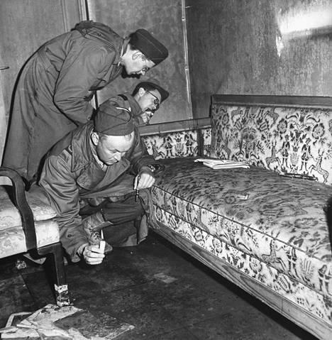 Sotakirjeenvaihtajat tutkivat sohvaa, jolla Hitlerin ja Eva Braunin sanottiin surmanneen itsensä.