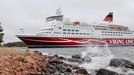 Alus ajettiin Järsön saaren rantaan pohjakosketuksen jälkeen.