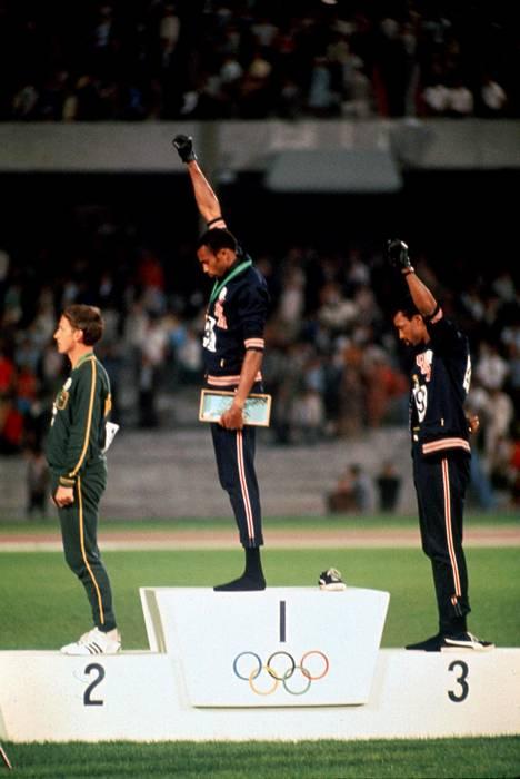Tommie Smith (kesk.) ja John Carlos (oik.) poistettiin Meksikon olympiakisoista protestin jälkeen.