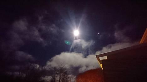 Kuutamo Kuopiossa, Kuun oikealla puolella Mars.