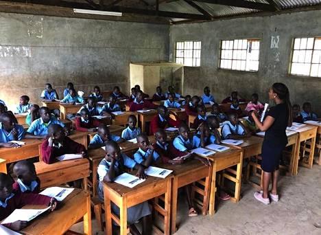 Mariam Shodeinde johtaa Clanedin toimintaa Keniassa ja muualla Afrikassa. Kuvassa hän opettaa lukutaitoa oppilaille Keniassa viime kesänä.