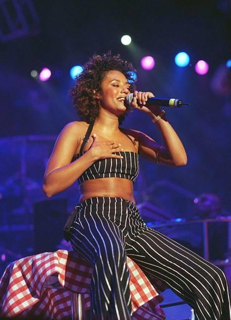 Kuvassa Mel B konsertoimassa Helsingissä vuonna 1998. Spice Girls oli tuolloin maailman suosituimpia yhtyeitä.