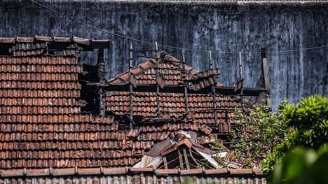 Maharan vankilan osittain romahtanut katto mellakoiden jälkeen maanantaina.